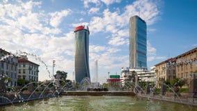 Moln för Tid schackningsperiod över skyskrapatornen av Milan Citylife stock video