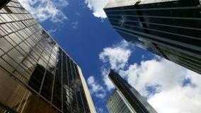 Moln för Tid schackningsperiod reflekterade på London skyskrapor stock video