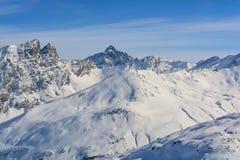 Moln för toppmötebergsolsken spårar i snön arkivfoto