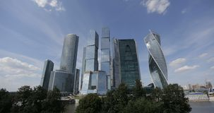 Moln flyttar sig över för affärsmitt för Moskva internationella skyskrapor Timelapse Flygplansidaspår i himlen över