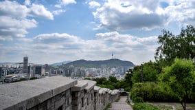 Moln-flyttning av Seoul i stadens centrum cityscape och det Namsan Seoul tornet Seoul Sydkorea arkivfilmer