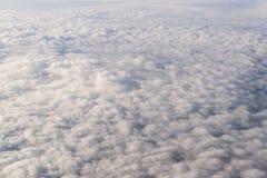 Moln från fönsterflygplanet arkivfoto