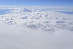 Moln från fönsterflygplanet royaltyfri bild