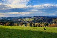 Moln höst, skog, Olesnice, panorama, Orlické berg, Tjeckien Royaltyfri Fotografi