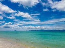 Moln, himmel och tropiskt vattenlandskap Arkivfoton