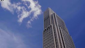 Moln i bakgrunden av skyskrapan i Hong Kong arkivfilmer