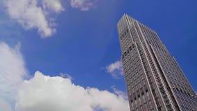 Moln i bakgrunden av skyskrapan i Hong Kong stock video