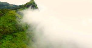 Moln i berg arkivfilmer