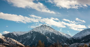 Moln i bergtoppmötet stock video