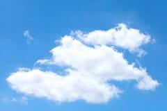 Moln i den blåa himlen Arkivfoto