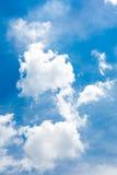 Moln i den blåa himlen Royaltyfria Bilder