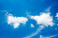 Moln i den blåa himlen Arkivfoton