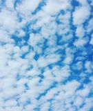 Moln i den blåa sommarhimlen Arkivbilder