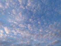Moln i en aftonhimmel Arkivbilder