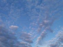 Moln i en aftonhimmel Arkivbild