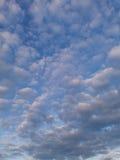 Moln i en aftonhimmel Fotografering för Bildbyråer