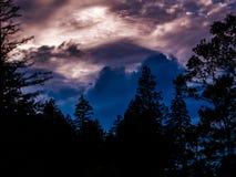 Moln i en färgglad himmel Arkivfoton
