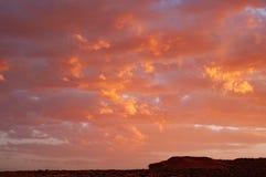 Moln i en röd kulör solnedgång i den Colorado ökenplatån på Tuba City, Förenta staterna royaltyfria foton