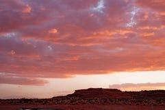 Moln i en röd kulör solnedgång i den Colorado ökenplatån på Tuba City, Förenta staterna royaltyfri fotografi