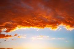Moln i en röd kulör solnedgång i den Colorado ökenplatån på Tuba City, Förenta staterna royaltyfri foto