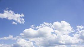 Moln, i framkallning för blå himmel arkivfoto