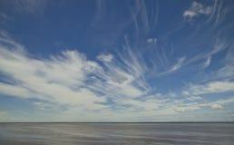 Moln i himlen över vatten Arkivbilder