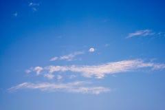 Moln i himlen och månen i bakgrunden Royaltyfri Bild