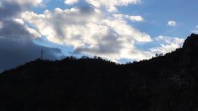 Moln i himlen ovanför bergräkningen i rörelse stock video