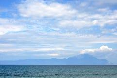 Moln i himlen ovanför havet arkivfoto