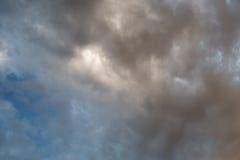 Moln i himlen på solnedgången Royaltyfria Foton