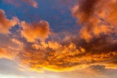 Moln i himlen på solnedgången Härlig himmel på Arkivbild