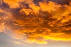 Moln i himlen på solnedgången Härlig himmel på aftonen Royaltyfri Fotografi