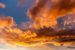 Moln i himlen på solnedgången Härlig himmel på aftonen royaltyfria bilder