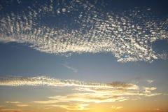 Moln i himlen som äger rum Royaltyfri Fotografi