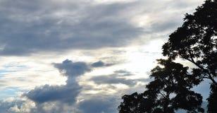 Moln i himmel som gör en härlig skyscape på Uttarkashi Fotografering för Bildbyråer