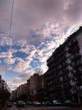 Moln i staden arkivfoton