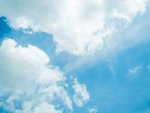 Moln med den blåa himlen Fotografering för Bildbyråer