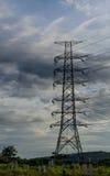 Moln med det elektriska tornet arkivbilder
