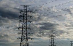 Moln med det elektriska tornet royaltyfri fotografi
