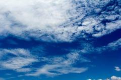 Moln med himmel Arkivfoton