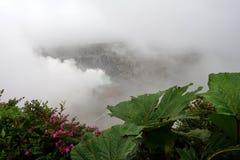 Moln och ånga över den Poas vulkan, Costa Rica Arkivbilder