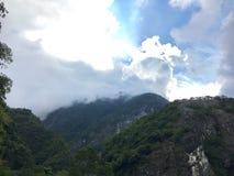 Moln och berg Arkivfoto
