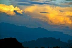 Moln och berg Fotografering för Bildbyråer