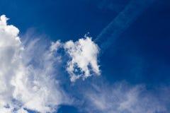 Moln och blå himmel Arkivfoton