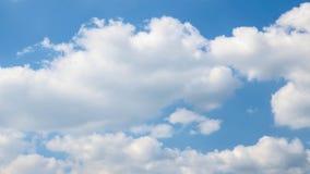 Moln och blå himmel för frikänd Arkivfoto