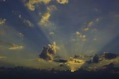 Moln och blå himmel i morgon Arkivfoto