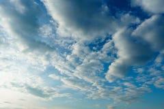 Moln och blå himmel i solig dag Royaltyfri Fotografi
