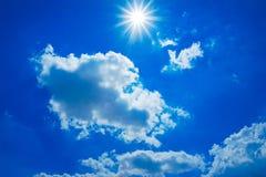 Moln och blå himmel i solljuset Arkivfoton