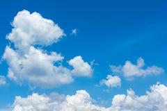 Moln och blå himmel i solljuset Fotografering för Bildbyråer