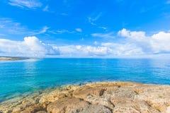 Moln och blått hav, tropisk ö Fotografering för Bildbyråer